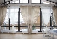 Зал с большим окном: гостиной фото, высокий дом, интерьер пола, одно окно