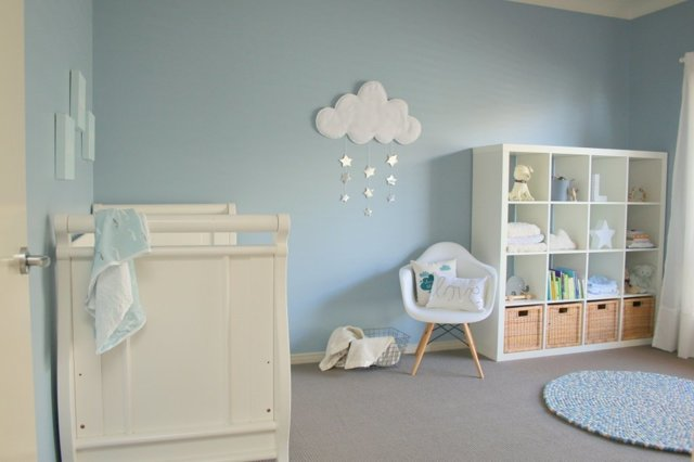 Спальня в голубых тонах: коричневых и нежных, дизайн и фото, стены в белом цвете и сером, интерьер с мебелью