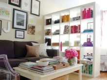 Стеллаж в гостиную: угловой и фото мебели для посуды, интерьер со шкафом и перегородкой, модуль сквозной, дизайн