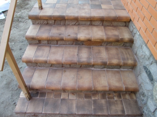 Уличные лестницы: на второй этаж для дачи, в частный дом, противоскользящая резиновая плитка, изготовление, как сделать своими руками деревянную и чем покрыть