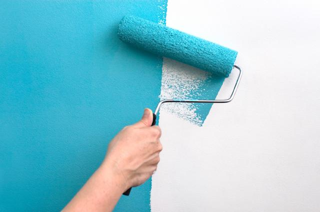 Покраска потолка валиком хитрости на видео: как красить водоэмульсионной и акриловой, какой лучше и как правильно, какой нужен и как выбрать, чем лучше кисть