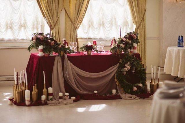 Оформление зала: дизайн комнаты, фото в квартире, марсала и осеннее, как можно гирляндами, обеденный интерьер самостоятельно