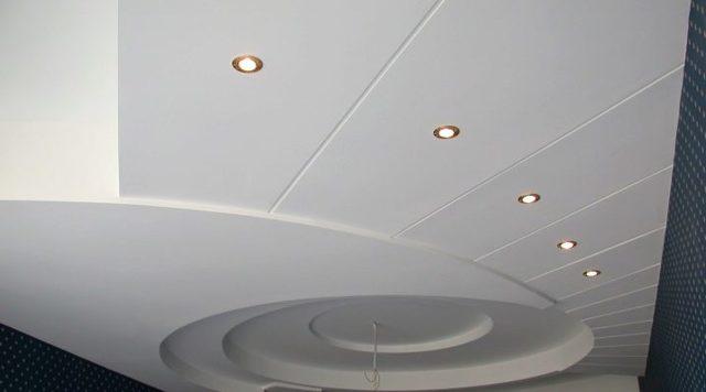Как сделать потолок из пластиковых панелей: можно ли из ПВХ, видео как правильно самому отделать, своими руками из сэндвич-панелей
