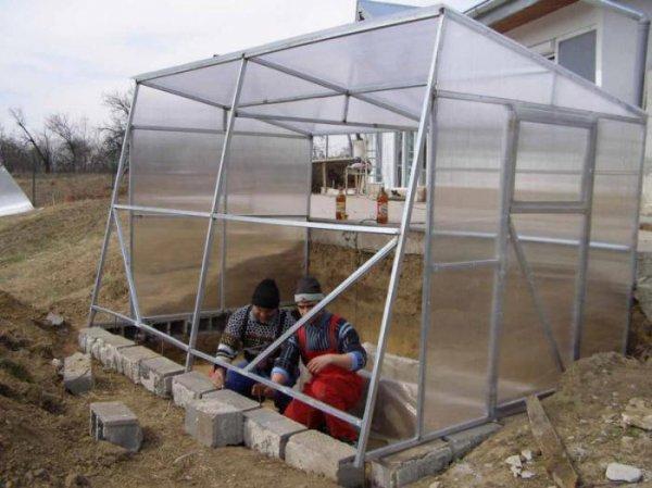 Фундамент под теплицу из поликарбоната какой лучше: своими руками сделать установку, видео и основание нужное