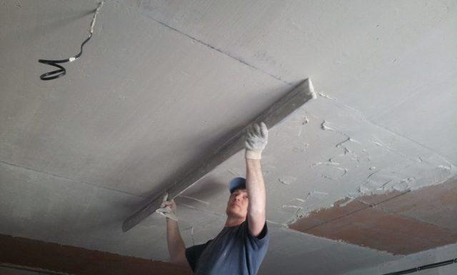 Какой потолок лучше: фото темного низкого, какой выбрать и чем отделать в частном доме, из какой плиты надежнее, материалы для дизайна комнаты