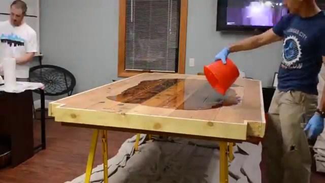 Как сделать стол из эпоксидной смолы своими руками: инструкция с фото и видео