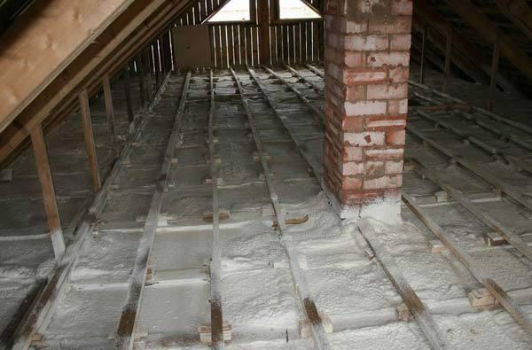 Утепление потолка в доме с холодной крышей