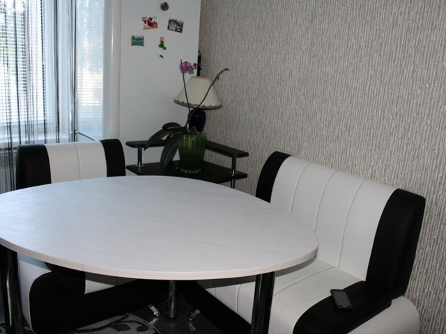 Обои на кухне дизайн фото: для маленького интерьера, оклейка стен