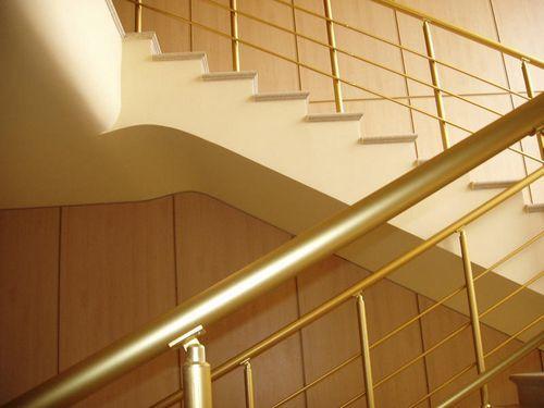 Комплектующие для лестниц из нержавейки: из стали, производство фурнитуры, изготовление, фото ступенек и стойки