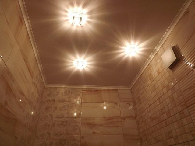 Потолок в туалете: фото санузла, варианты, какой выбрать, стеновой ремонт, какой лучше сделать и как, черный своими руками