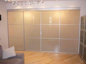 Фактура матовых потолков: фото стекла, серый и белый, акриловый и черный, преимущества оргстекла