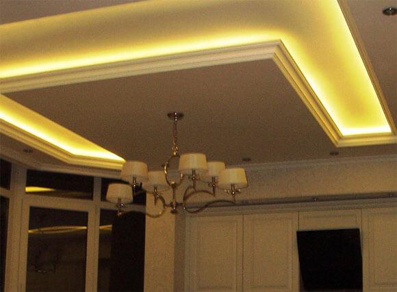 Закарнизная подсветка потолка светодиодной лентой: карниз на гипсокартонный для штор, полиуретанового фото, из пенопласта и гипсовый, декоративные для высоких