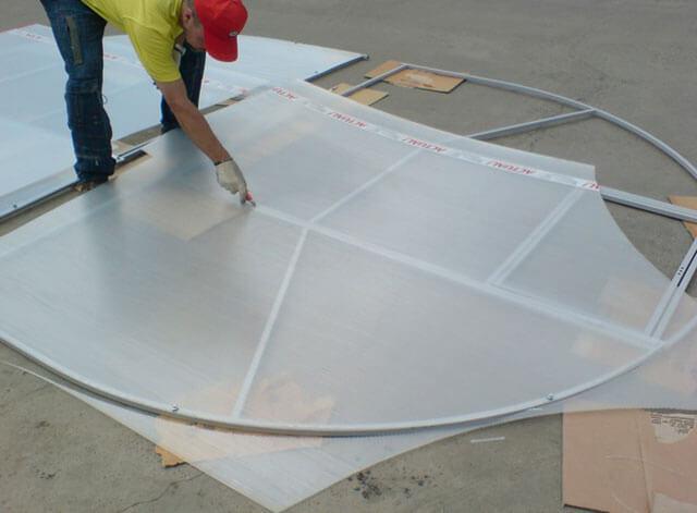 Как правильно крепить поликарбонат на теплицу: раскрой и какой стороной класть, как закрепить и прикрепить укладку