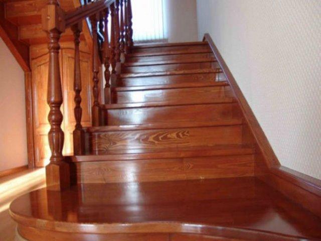 Лестница из сосны: лак, как изготовить из массива, отзывы о деревянных, чем покрыть и из чего состоит, ступени на второй этаж для дачи, масло своими руками, монтаж площадки