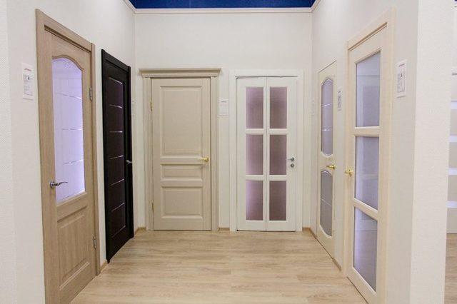 Обои в прихожую под светлые двери фото: под темные, беленый дуб, какие подобрать самоклеящиеся, что сначала