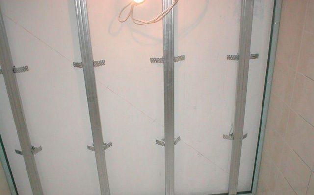 Крепление гипсокартона к потолку на профиль: обрешетка, расчет какой нужен, монтаж как сделать, балки и расстояние между, установка, калькулятор на 1м²