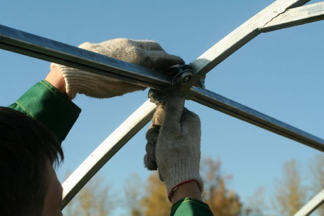 Ремонт теплиц из поликарбоната: старый скотч и пленка, услуги и замена, как отремонтировать стекло своими руками
