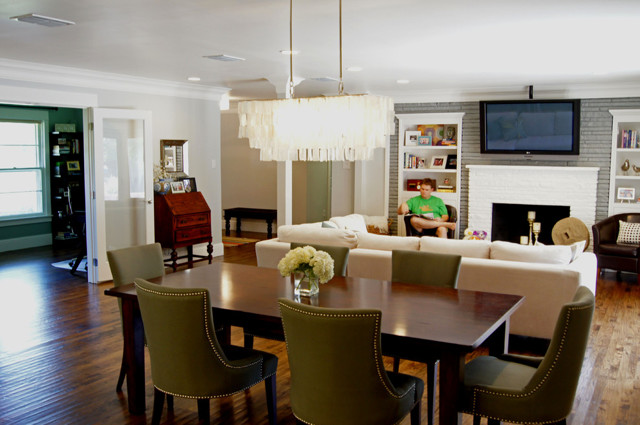 Гостиная-столовая: фото мебели, коллекция белая, зона совмещенная, столы и виды объединения, зонирование в доме