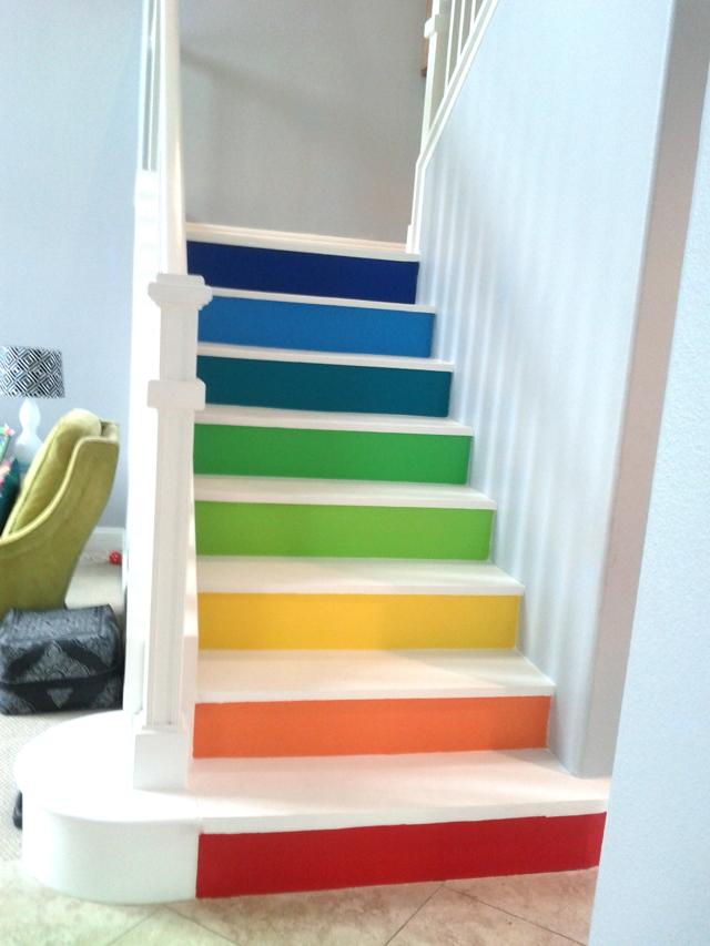 Чем лучше покрасить деревянную лестницу в доме: как из сосны, внутри, каким цветом на второй этаж, как правильно своими руками в домашних условиях