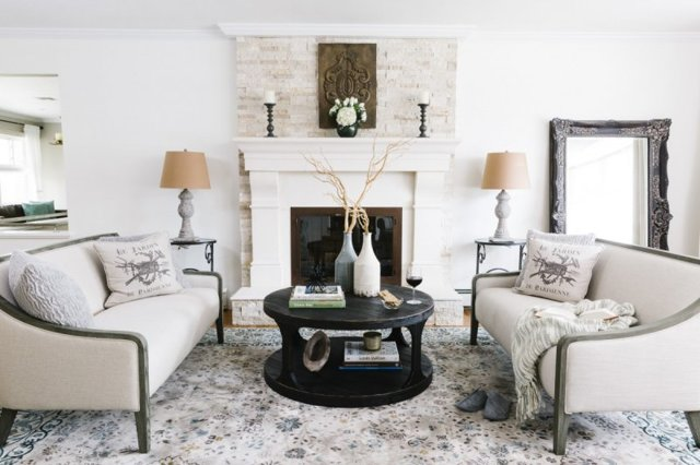 Обеденные столы для гостиной фото: кухня-зал с большими стульями, интерьер и дизайн маленькой столовой