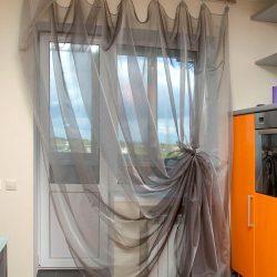 Тюль для кухни: фото короткой драпировки, как сшить и красиво повесить шторы, дизайн сетки и как выбрать римскую