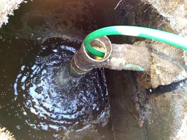 При какой температуре замерзает вода в трубах: отогреть в пластиковой, разморозить емкость, водопровод, каким способом запрещено