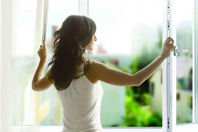 Как правильно клеить обои от окна: когда можно открывать после поклейки, откуда начинать в комнате, через сколько