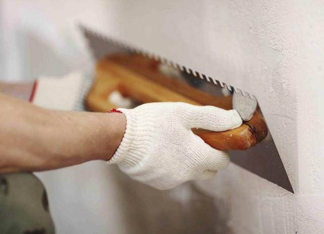 Выравнивание стен под обои своими руками видео: как выровнять, для неровных, какие материалы скрывают