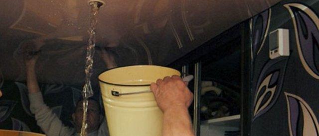 Затопили натяжной потолок: фото откачки, соседи залили, ремонт после воды, сколько выдерживает, убрать в квартире