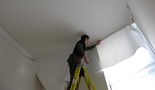Подготовка потолка перед установкой натяжного потолка: как обработать и что делать вперед, обои на поверхность в помещении, нужно ли грунтовать, что клеить