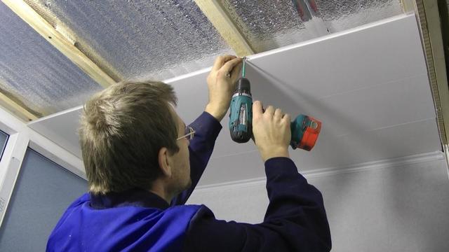 Монтаж панелей ПВХ на потолок своими руками: видео как установить последнюю, сэндвич