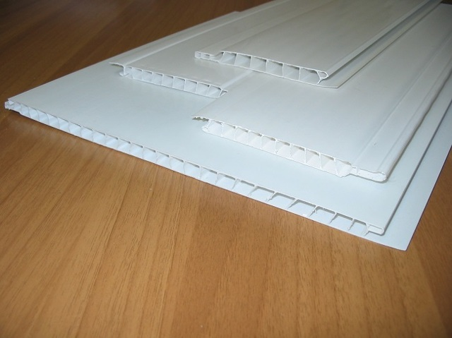 Как крепить пластиковые панели на потолок: монтаж и демонтаж ПВХ на видео, как и чем правильно закрепить последнюю, ремонт своими руками