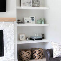 Полки в интерьере гостиной фото: стеллажи подвесные, на стену навесные шкафы, открытый интерьер из гипсокартона