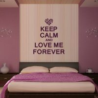 Спальня сиреневая: фото дизайна в цвете, тона интерьера, белая мебель, бледно-бежевых, фиолетовых и серых