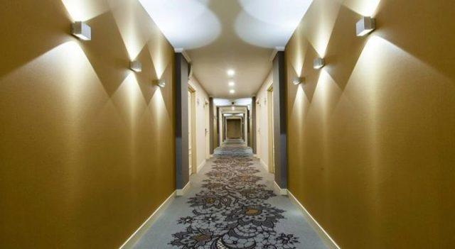 Освещение потолка в прихожей: светильник в коридор, фото подсветки