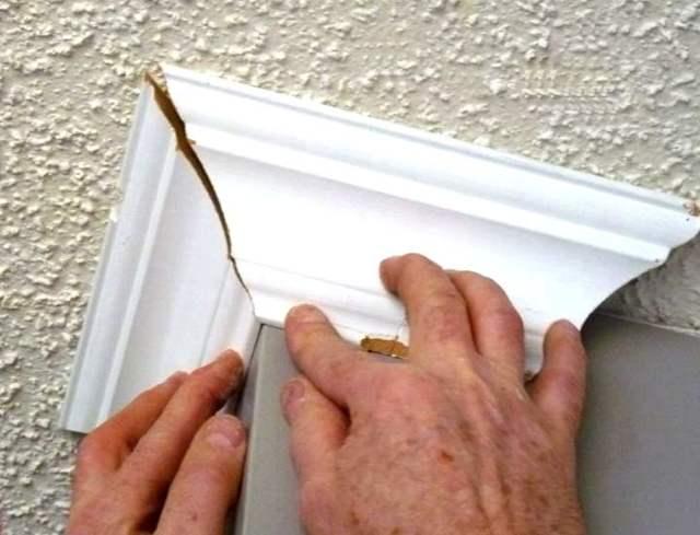 Как клеить плинтус на потолок: приклеить и резать как правильно, установка и поклейка, видео как вырезать