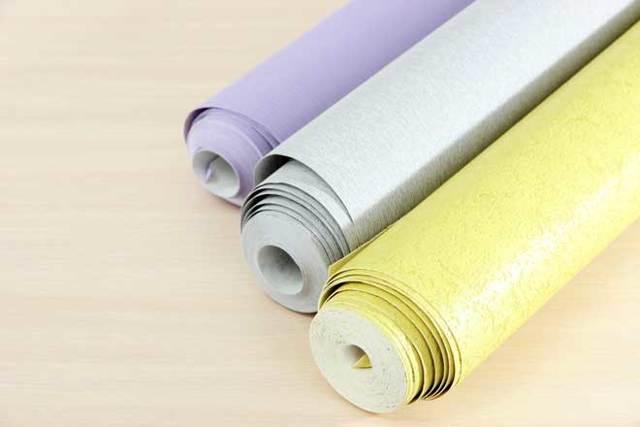 Можно ли клеить обои на обои: как поклеить флизелиновые на водоэмульсионную краску, приклеятся ли под покраску