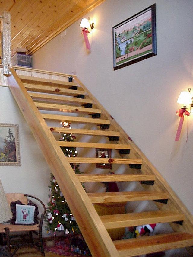 Элементы деревянной лестницы: комплектующие материалы из сосны, составляющие шары, детали и заглушки для плинтуса, масло для конструкции