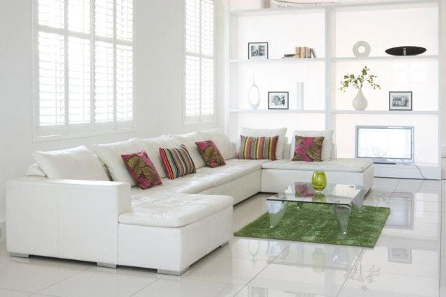 Угловые гостиные: стильный зал, фото, г-образный дизайн в квартире, варианты мини-этажерок, стены и формы