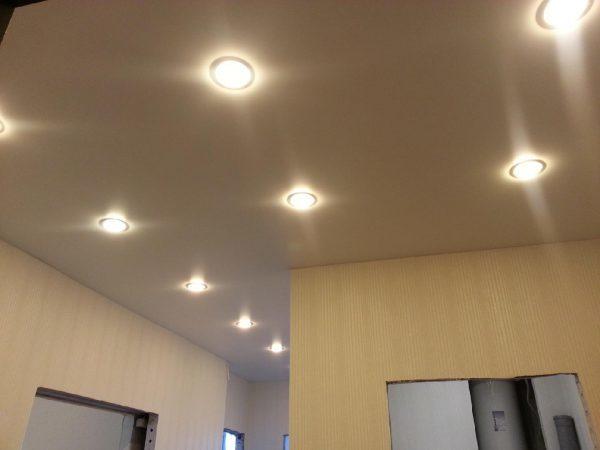 Установка светильников в натяжной потолок: монтаж освещения, точечные как крепить, как сделать подсветку, видео
