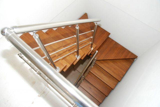 Двухмаршевая лестница: с площадкой на второй этаж, фото размеров, из металлопрофиля, чертеж и рассчет, с поворотом на 180, П-образная с промежуточной в частном