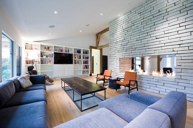 Гостиная с камином: фото идеи для квартиры, дома оформление из кирпича, стенка в столовой большая в центре