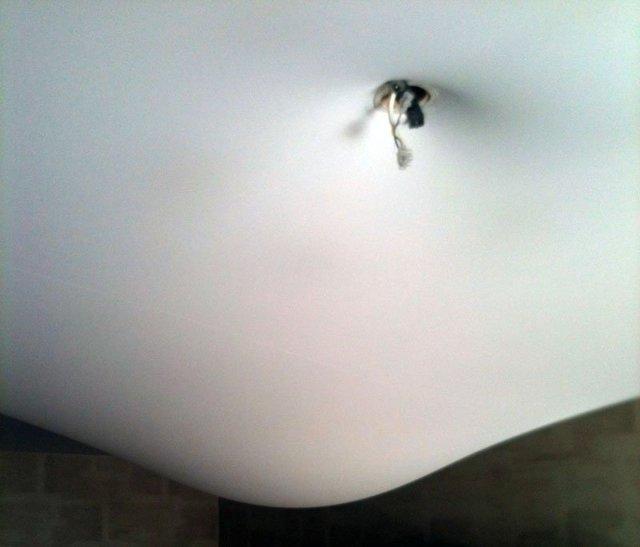 Слив воды с натяжного потолка: как слить самостоятельно, убрать воду, что делать если затопили