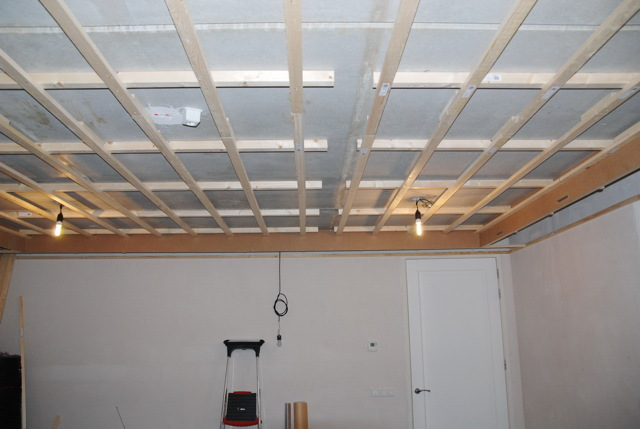 Как обшить потолок гипсокартоном в деревянном доме: своими руками деревом, видео